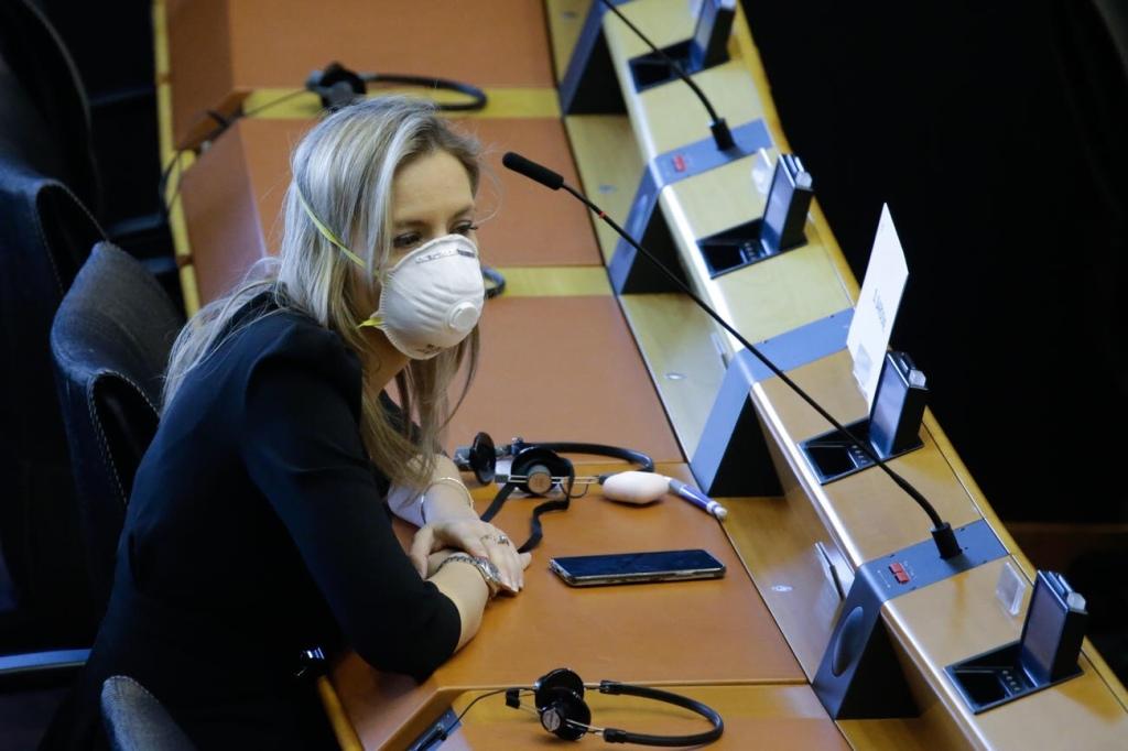 Un miembro del Parlamento Europeo usa una mascarilla en una pequeña sesión en Bruselas, Bélgica el pasado26 de Marzo del 2020. Debido a la pandemia del Coronavirus las sesiones se reducen a una y principalmente por video conferencias.